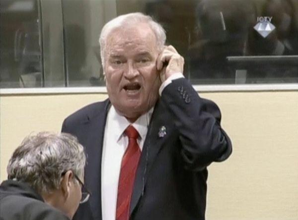 Ratko Mladic mahkeme salonunda olay çıkarttı