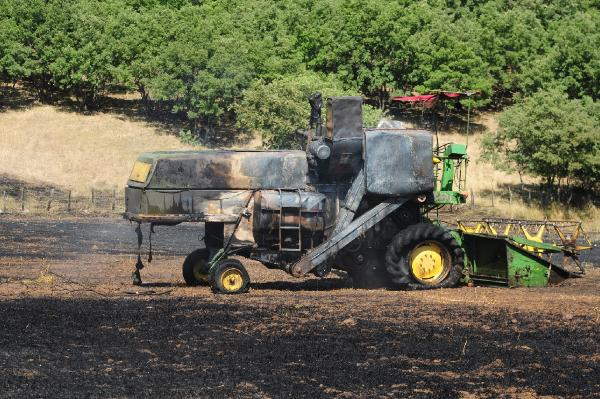 Biçerdöver alev aldı, buğday tarlası kül oldu