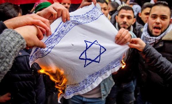 Almanya'da İsrail bayrağını yakan 10 kişi tutuklandı