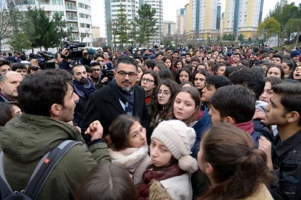 Liselilerden okul önünde taciz protestosu