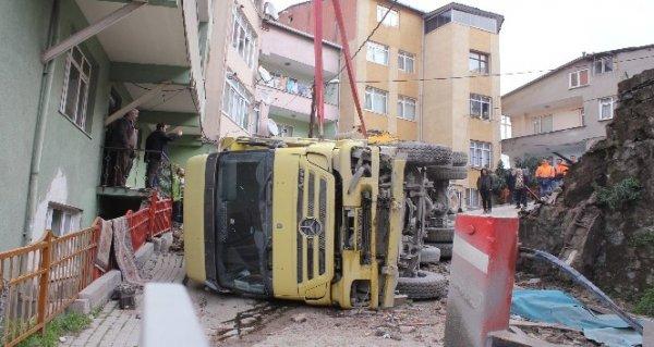 Hafriyat kamyonu sokak arasına devrildi