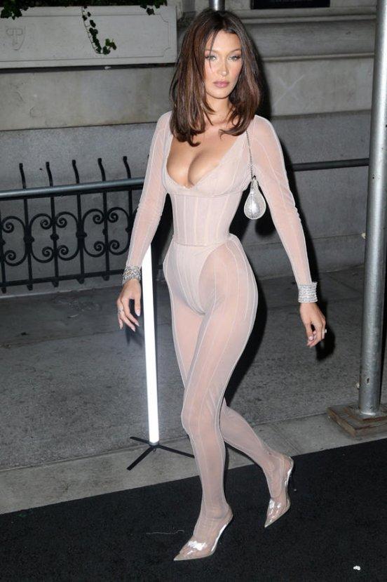 Bella Hadid kıyafetiyle dikkatleri üzerine çekti