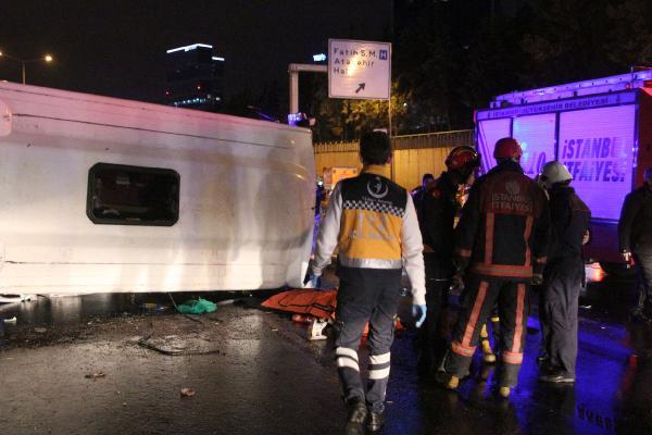 Bostancı'da midibüs devrildi: 2 ölü 9 yaralı