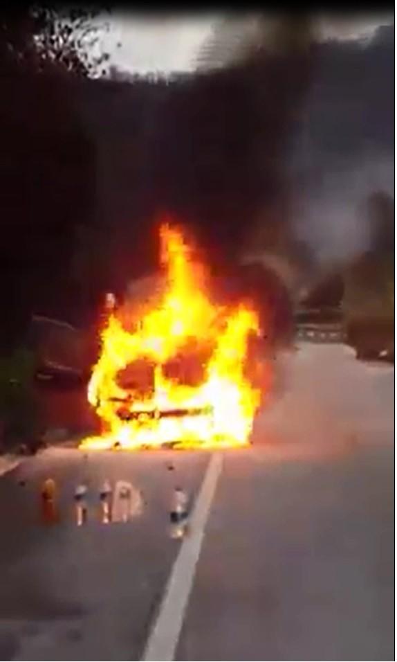 Yalova'da kendini zor dışarı attı, aracı alev alev yandı