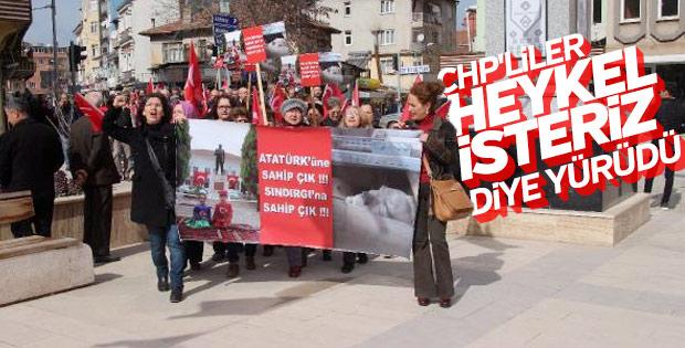 Sındırgı'da CHP'liler Atatürk heykeli için yürüdü