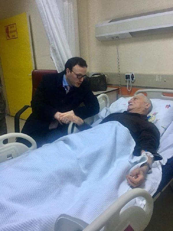 Şehidin babasını sırtında taşıyan sağlıkçı