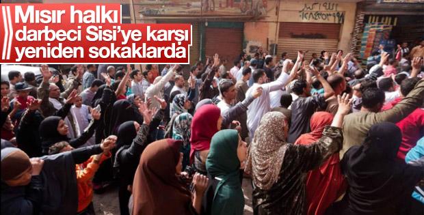 Mısır'da halk yeniden sokaklara döküldü