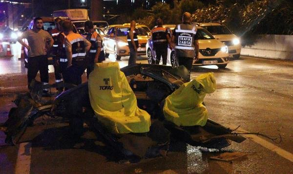 Kaza yapan otomobil ikiye bölündü: 3 yaralı
