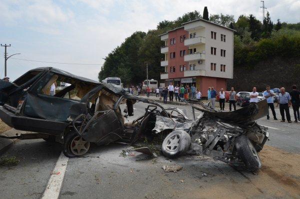 Kazada otomobil ikiye bölündü: 1 ölü, 12 yaralı