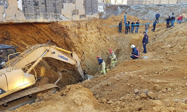 Sultangazi'de inşaat alanında toprak kayması: 1 ölü