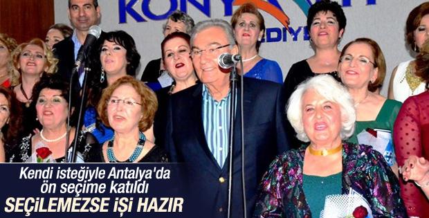 Deniz Baykal kadınlar korosu ile birlikte şarkı söyledi