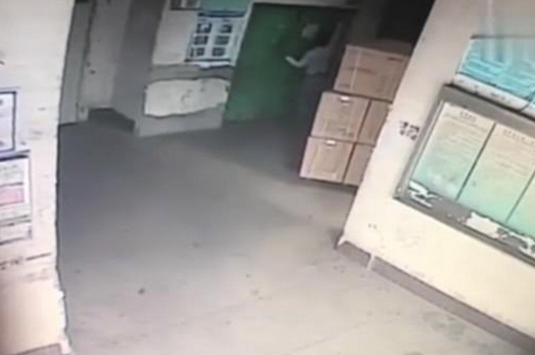 Çin'de sevkiyat elemanı asansör boşluğuna düştü