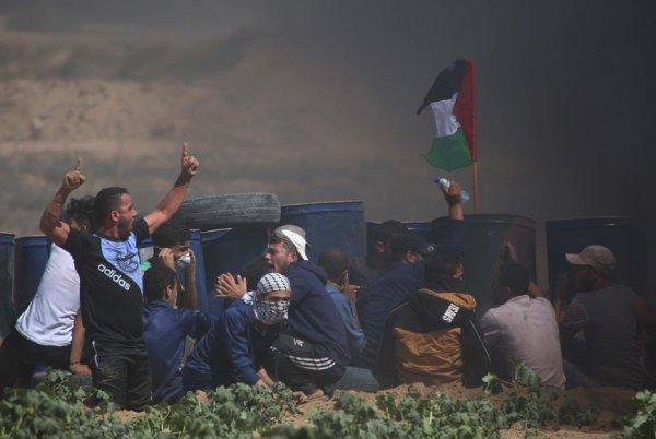 Filistinli genç İsrail'i Türk bayrağıyla protesto etti