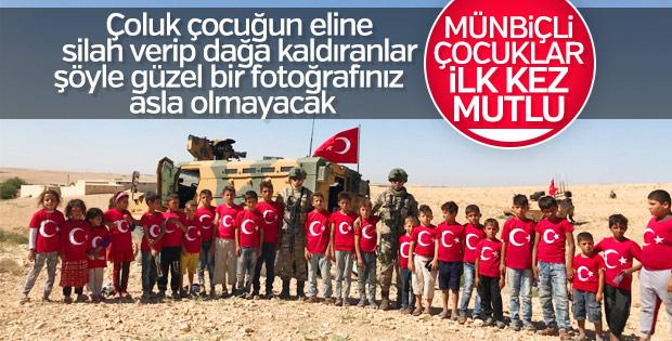 Münbiçli çocuklar Mehmetçik'le poz verdi