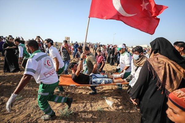 Gazze'de Türk bayrağı açan genç vuruldu