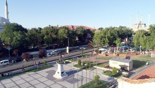 Atatürk Anıtı'nın arkasına konulan tuvalet tartışması