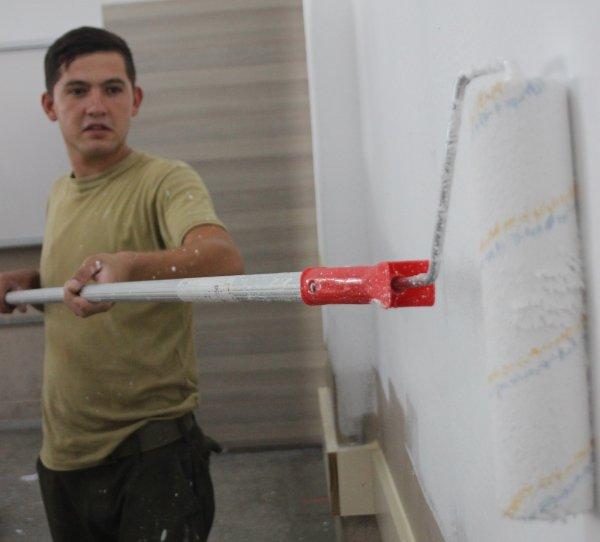 Muğla'daki bir okul asker tarafından boyandı