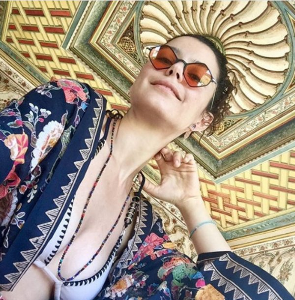Beren Saat bikinili fotoğrafını paylaştı