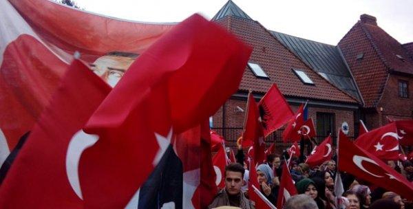 Danimarka'da Türk bayraklarıyla Afrin desteği