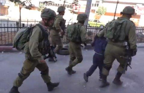 İsrail ordusu Filistin'de küçük çocukları gözaltına aldı