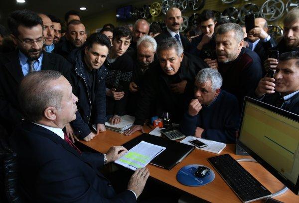 Cumhurbaşkanı Erdoğan'ın lastikçi esnafıyla sohbeti