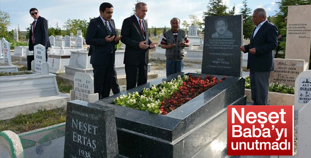 Erdoğan Neşet Ertaş'ın mezarını ziyaret etti