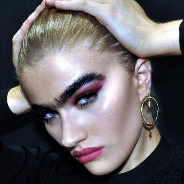 Tek kaşlı manken Sophia Hadjipanteli ilgi çekiyor