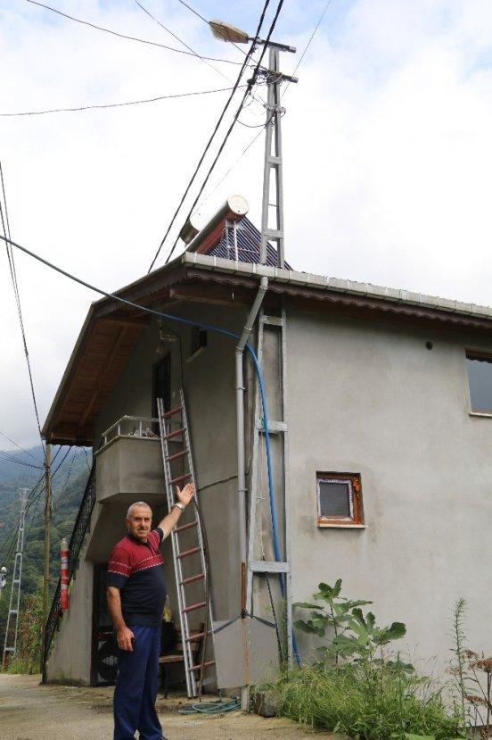 Kaldırtamadığı elektrik direğini çatıdan geçirdi