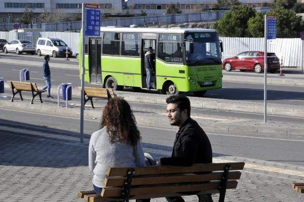Otobüste başını kız arkadaşının omzuna koyunca dövüldüler