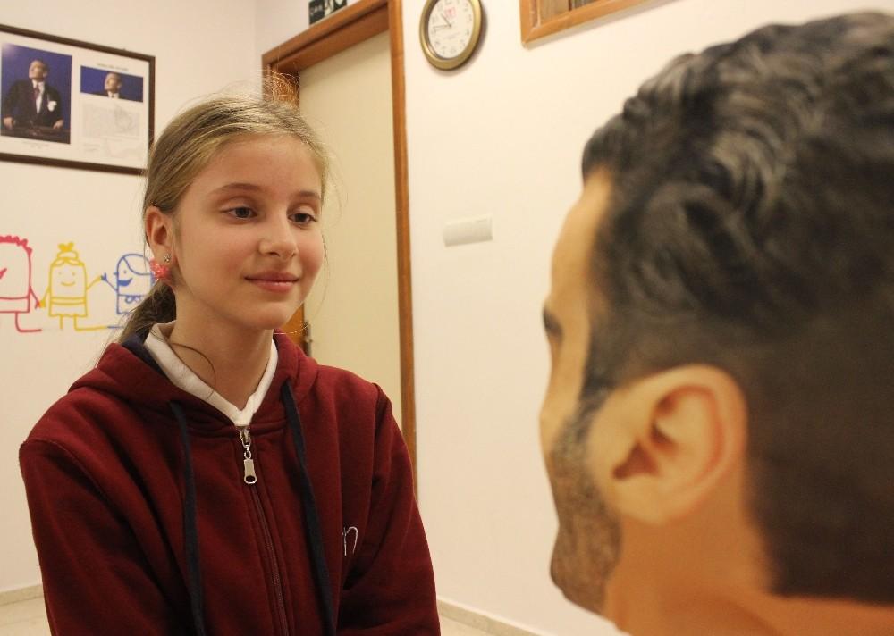 Ortaokul öğrencilerinin yaptığı robot soruları cevaplıyor
