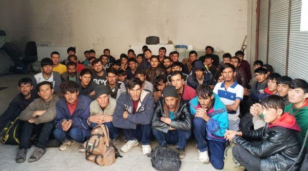 Kamyonetin kasasında 57 yabancı uyruklu kaçak yakalandı