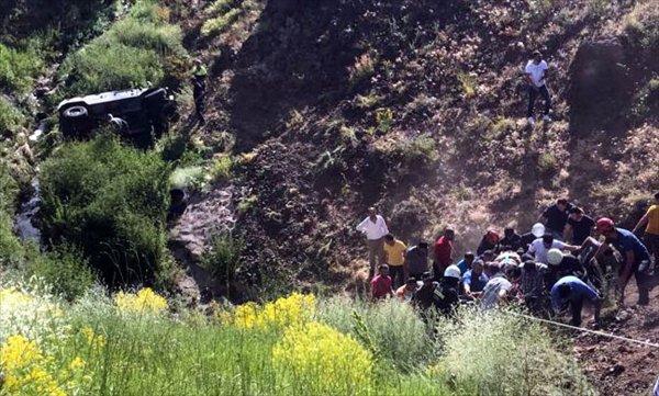 Erzurum'da askeri araç şarampole devrildi: 2 yaralı