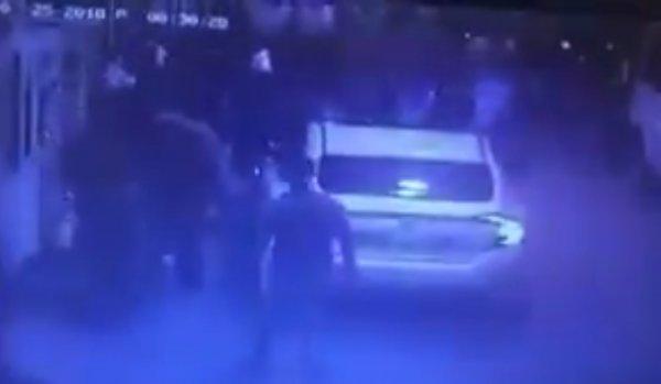 İzmir'de HDP'liler Türk bayrağı bulunan araca saldırdı