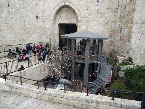 İsrail Mescid-i Aksa'nın girişine gözetleme kulesi inşa etti