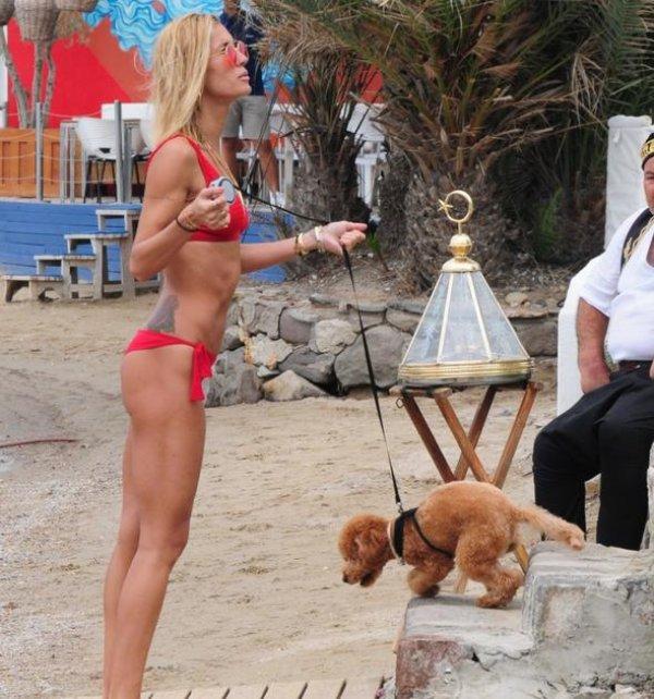 Çağla Şıkel'den bikini şov