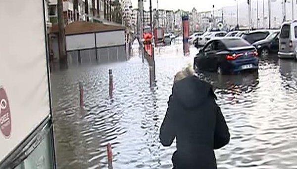 İzmir'de fırtına: Deniz taştı, vapur seferleri iptal