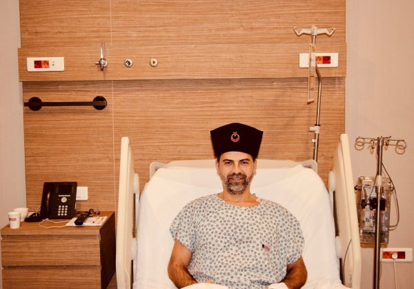 Nasuh Mahruki'nin kalpaklı ameliyat pozu