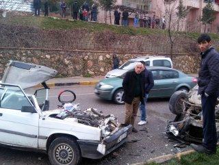 Park edilmiş araç, seyir halindeki aracın üzerine düştü