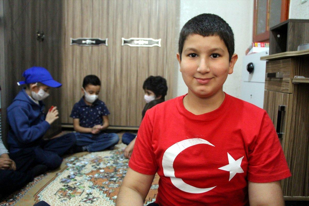 13 yaşındaki Umut, arkadaşlarına destek oluyor