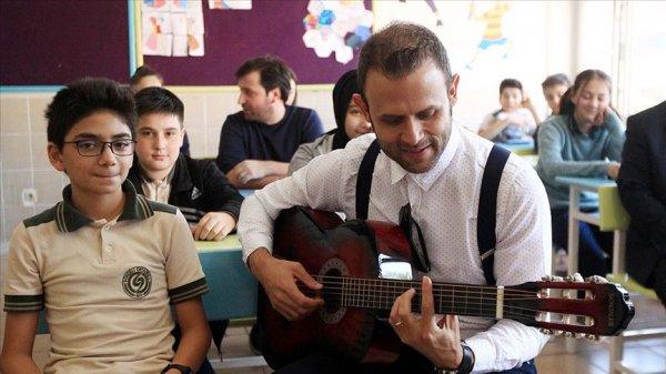 Bestekar öğretmen, albüm geliriyle okulda atölye kurdu