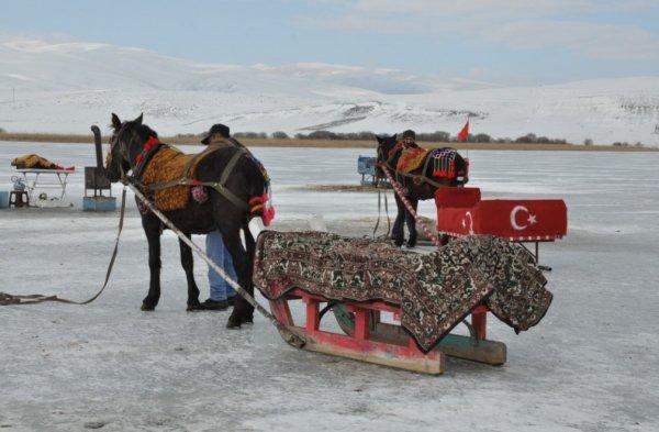 Buz tutan Çıldır Gölü'ne turistler akın etti