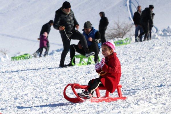 Elazığ'da göl manzaralı kayak merkezinde sezon açıldı