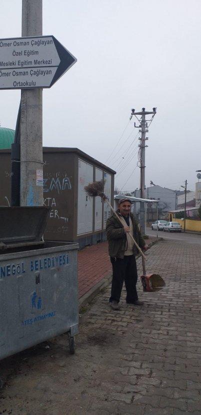 Her sabah oturduğu caddeyi temizleyen Bursalı
