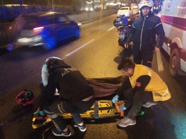 İstanbul'da otomobil önünde seyreden motosiklete çarptı