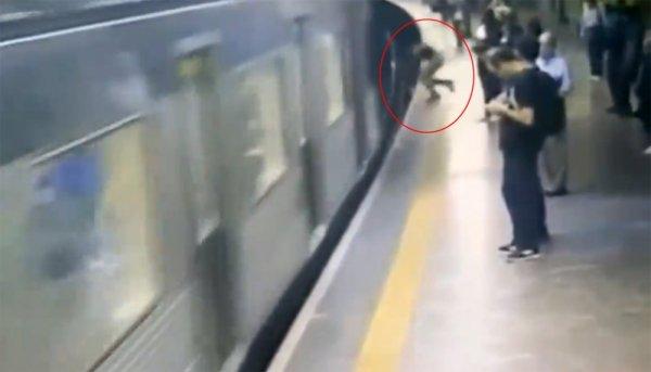 İstasyonda bekleyen kadını trenin önüne itti
