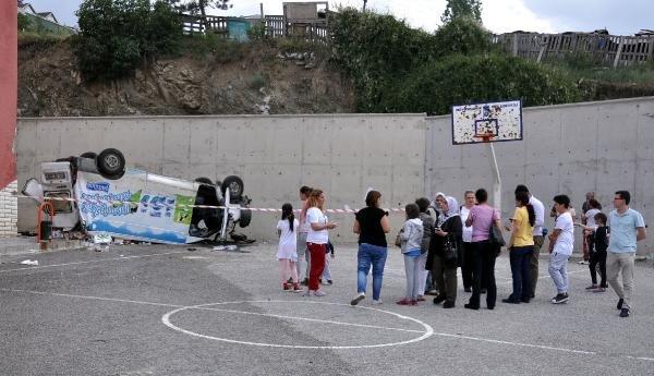 Ankara'da minibüs okul bahçesine düştü