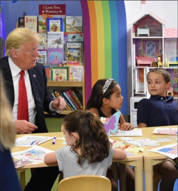 Trump Amerika bayrağının renklerini karıştırdı