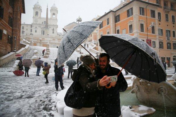 Roma'da 6 yıl sonra ilk kez kar yağdı
