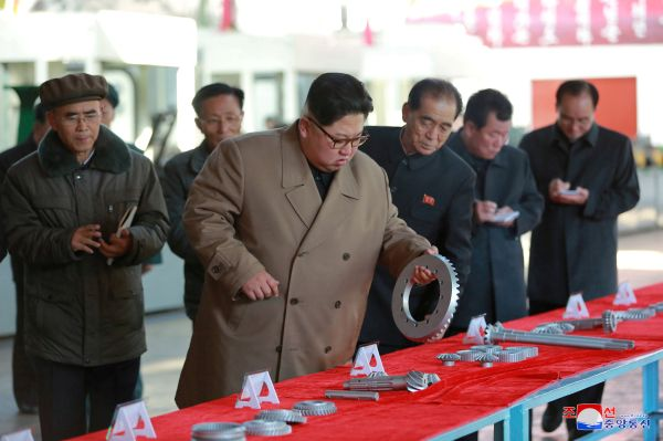 Kuzey Kore lideri Kim Jong traktör fabrikasını gezdi