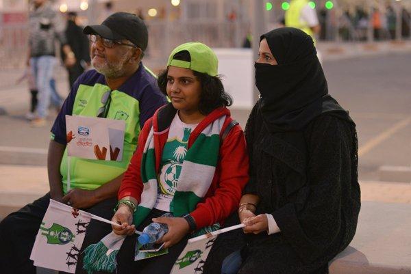 Ilımlı Suudi Arabistan'da kadınlar ilk kez stadyumlarda